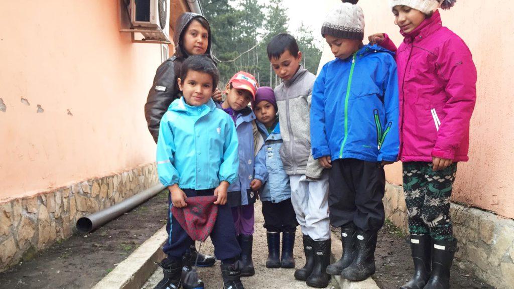 Her er noen av barna med nye klær fra Nesodden.