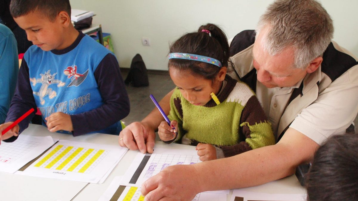 Bjørn-Egil Kihlstrøm hjelper jente med skolearbeid