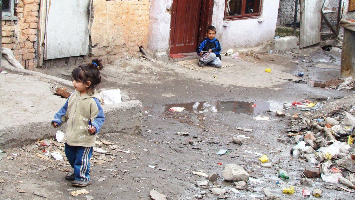 Barn leker blant avføring og gjørme