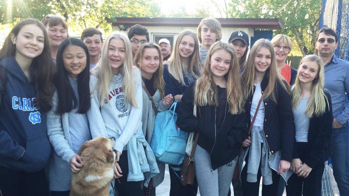 Elever og lærere fra Tangenåsen undomsskole.
