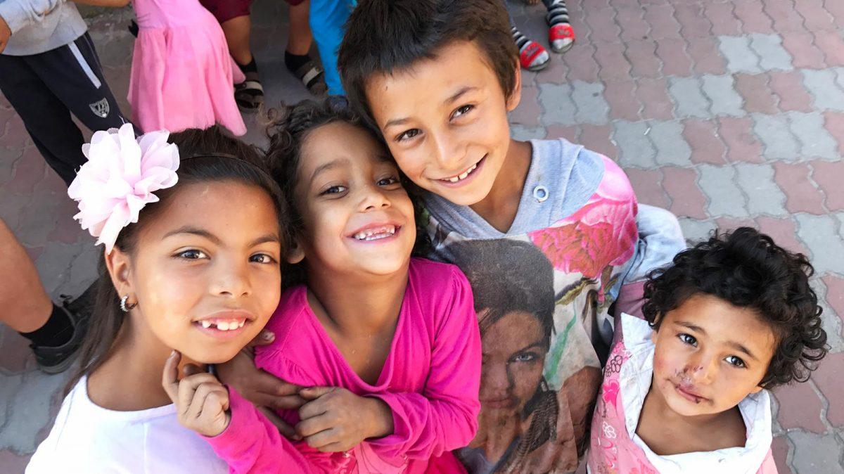 Barn leker utenfor Liv og lys i Fakulteta