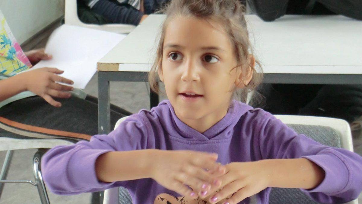 En av jentene fra skolen.