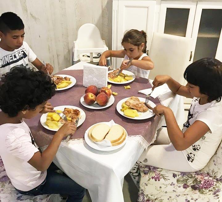 Ikke hver dag barna spiser med kniv og gaffel.