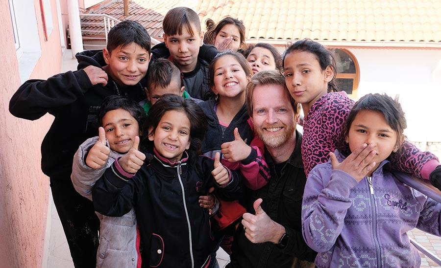 Sveinung sammen med noen av barna som går på skolen til Liv og Lys.