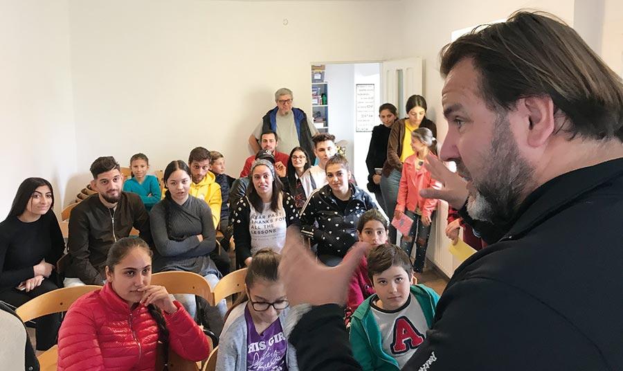 Leon fra Europa i Fokus gir en liten hilsen til barna og ungdommene i Ploiesti.