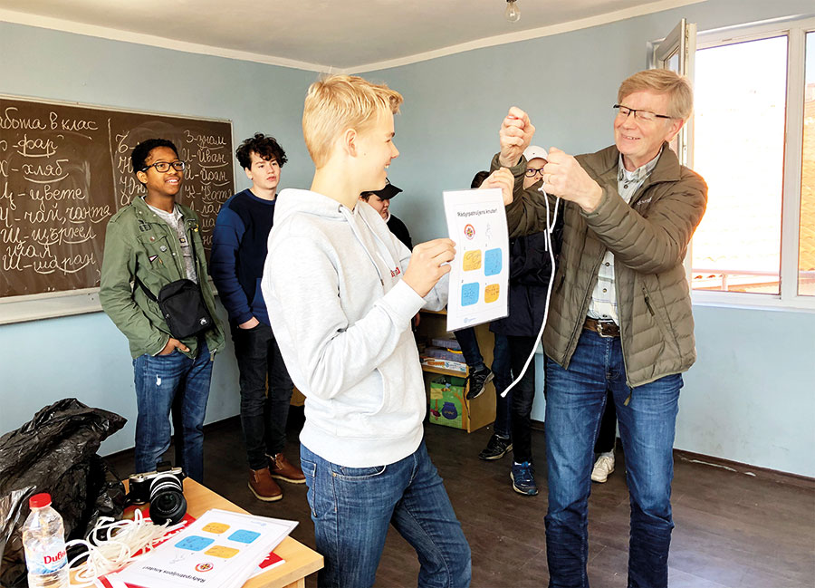 Speiderleder Alf og speider Jørgen viser knuter til elevene ved Liv og Lys.