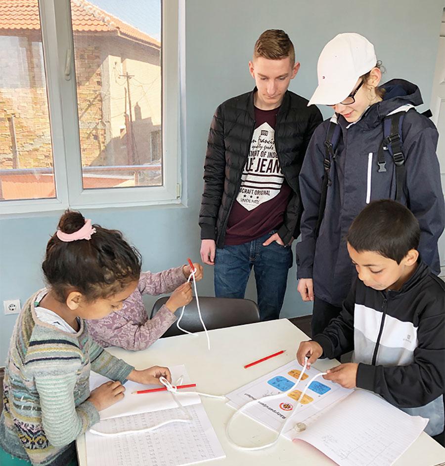 Tentro-elevene hjelper barna med knuter.